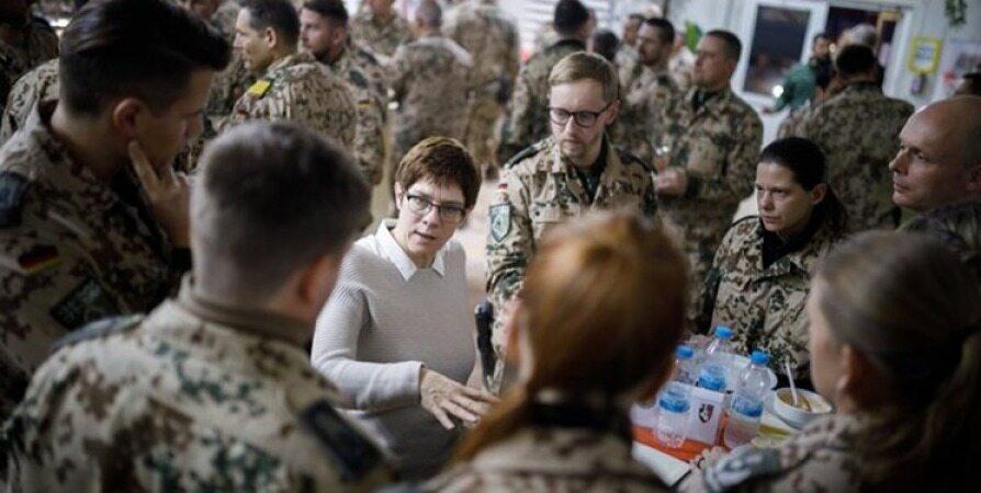 وزیر دفاع آلمان به دنبال منصرف کردن عراق از اخراج نظامیان این کشور